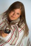 Kvinna med rött vinexponeringsglas Royaltyfri Foto