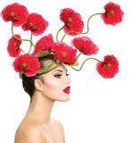Kvinna med röda Poppy Flowers Arkivfoton