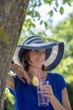 Kvinna med refresheren utomhus arkivfoto