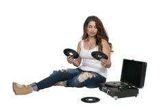 Kvinna med rekordet för vinyl 45 Fotografering för Bildbyråer