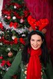 Kvinna med renöron och Xmas-trädet royaltyfri fotografi