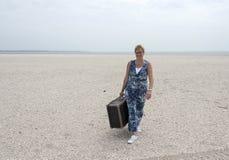 Kvinna med resväska Arkivfoton