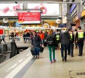Kvinna med resväskan som går mot hennes drev på den Munich centralstationen i Gremany Arkivbild