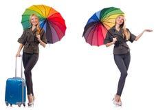 Kvinna med resv?skan och paraplyet som isoleras p? vit arkivfoton