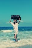 Kvinna med resväska Royaltyfri Bild