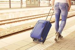 Kvinna med resväskan på drevstationen Royaltyfri Bild