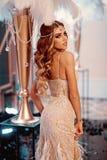 Kvinna med retro modestil Innegrej för blick för modemodell Stilfullt och säkert fotografering för bildbyråer