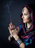 Kvinna med rökelse Arkivfoto