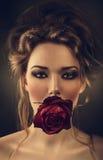 Kvinna med rosen och droppar i hår Arkivfoto