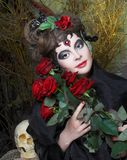 Kvinna med rosor och skallen Royaltyfri Fotografi