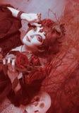 Kvinna med rosor och skallen Arkivfoto
