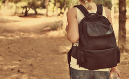 Kvinna med ryggsäck Arkivbild