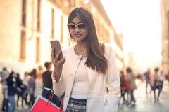 Kvinna med sändningspåsar royaltyfri bild