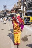 Kvinna med sari i Varanasi Arkivfoton