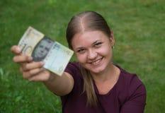 Kvinna med schweizisk francanmärkningen Arkivfoto