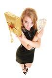 Kvinna med sedeln för gåvaask och polermedelpengar Royaltyfri Bild