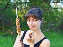 Kvinna med shishkebab Arkivbild