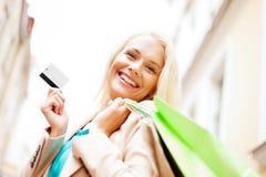 Kvinna med shoppingpåsar i ctiy Arkivfoto