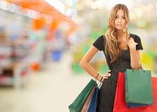 Kvinna med shoppingpåsar på lagret eller supermarket fotografering för bildbyråer