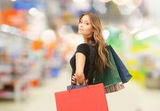 Kvinna med shoppingpåsar på lagret eller supermarket arkivfoto