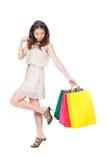 Kvinna med shoppingpåsar på vit bakgrund arkivfoto