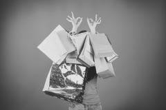 Kvinna med shoppingpåsar som ger det ok tecknet Royaltyfri Foto