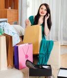 Kvinna med shoppingpåsar som talar vid mobilen Royaltyfria Bilder