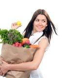 Kvinna med shoppingpåsen med grönsaker och frukter Royaltyfri Fotografi