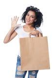 Kvinna med shoppingpåsen som visar fem fingrar Arkivfoton