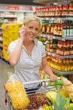 Kvinna med shoppingvagnen royaltyfria foton
