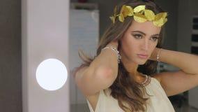 Kvinna med sidahuvudbonaden stock video