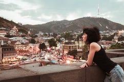 Kvinna med sikten på Tbilisi Arkivfoton