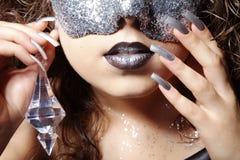 Kvinna med silverbergkristallmaskeringen royaltyfria foton