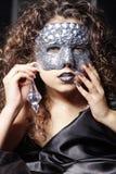 Kvinna med silverbergkristallmaskeringen arkivbild