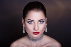 Kvinna med silvertillbehören Royaltyfria Bilder