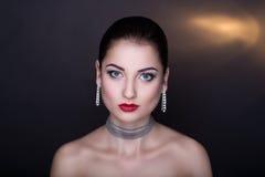 Kvinna med silvertillbehören Royaltyfri Bild