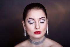 Kvinna med silvertillbehören Fotografering för Bildbyråer
