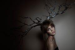 Kvinna med silverträ Fotografering för Bildbyråer