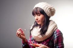 Kvinna med sjuka förkylningar för termometer Fotografering för Bildbyråer