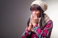 Kvinna med sjuka förkylningar för termometer Arkivbild