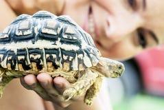 Kvinna med sköldpaddan Royaltyfri Bild