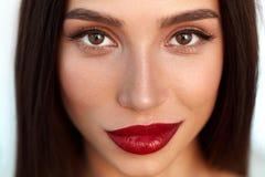 Kvinna med skönhetframsidan och härliga sexiga röda kanter för makeup och Royaltyfri Foto