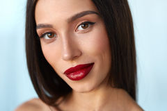 Kvinna med skönhetframsidan och härliga sexiga röda kanter för makeup och Arkivfoto