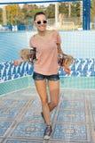 Kvinna med skateboarden Royaltyfria Bilder
