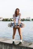 Kvinna med skateboarden Arkivfoton