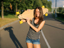 Kvinna med skateboarden Royaltyfria Foton