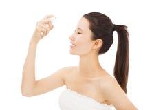 Kvinna med skincare- och fuktighetsbegrepp Royaltyfria Bilder