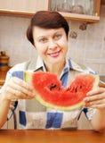 Kvinna med skivan av vattenmelonen Royaltyfri Bild