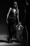 Kvinna med skyltdockan i mörkret Arkivfoton