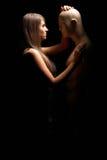 Kvinna med skyltdockan i mörkret Royaltyfri Foto